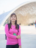 Asiático joven hermoso sonriente - mujer china que viaja a Garde Fotografía de archivo