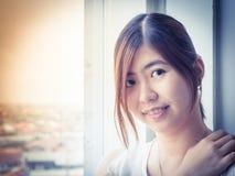 Asiático joven hermoso - sonrisa china de la mujer Foto de archivo