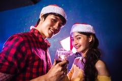 Asiático joven que bebe los vinos en día de San Valentín Imagenes de archivo