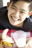 Asiático joven que sostiene la comida sana Imágenes de archivo libres de regalías