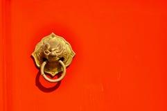 Asiático Lion Door Knocker no fundo vermelho fotografia de stock