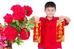 Asiático Little Boy que sostiene los pareados rojos por Año Nuevo chino Fotografía de archivo libre de regalías
