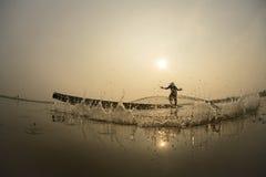 Asiático, pescado de cogida del pescador Fotos de archivo libres de regalías