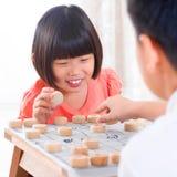 Asiático que juega a ajedrez chino Imágenes de archivo libres de regalías