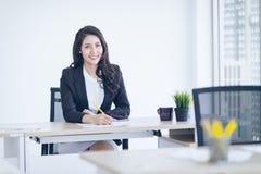Asiáticos jovenes de la mujer de negocios comienzan para arriba a los empresarios, líder de sexo femenino fotos de archivo