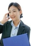 asia affärskvinnatelefon som fungerar yong Royaltyfri Foto