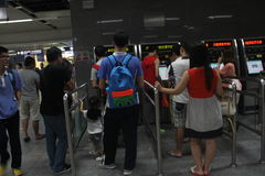 ASIA, CHINA, en la línea para comprar boletos para la gente en Shenzhen Imagenes de archivo
