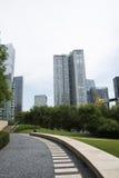 Asia, China, Pekín, distrito financiero central de CBD, parque histórico y cultural de CBD, espacio verde y edificio Foto de archivo