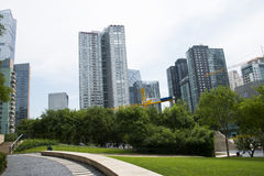 Asia, China, Pekín, distrito financiero central de CBD, parque histórico y cultural de CBD, espacio verde y edificio Imagen de archivo libre de regalías