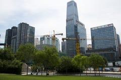 Asia, China, Pekín, distrito financiero central de CBD, parque histórico y cultural de CBD, espacio verde y edificio Fotografía de archivo libre de regalías