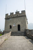 Asia China, Pekín, edificios históricos, la Gran Muralla Juyongguan, torre del reloj, torre del faro Fotografía de archivo