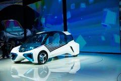 Asia China, Pekín, exposición internacional del automóvil 2016, sala de exposiciones interior, TOYOTA, FCV más el coche del conce Imagen de archivo