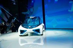 Asia China, Pekín, exposición internacional del automóvil 2016, sala de exposiciones interior, TOYOTA, FCV más el coche del conce Foto de archivo