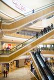 Asia China, Pekín, plaza de compras del añil, estructura de edificio interior imagen de archivo libre de regalías