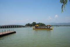 Asia China, Pekín, el palacio de verano, el paisaje del verano, barco del dragón, el puente de piedra Foto de archivo libre de regalías
