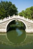 Asia China, Pekín, el palacio de verano, puente del arco de la piedra del agujero de Œsingle del ¼ del landscapeï del verano Fotografía de archivo