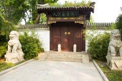 Asia China, Tianjin, parque del agua, arquitectura de paisaje, el gatehouse, león de piedra Imagen de archivo libre de regalías