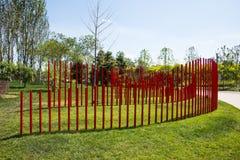 Asia China, Wuqing, Tianjin, expo verde, el paisaje del parque, pared de A de los tubos rojos del PVC fotos de archivo
