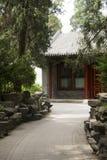 Asia, chino, Pekín, Beihai, parque, arquitectura antigua, rojo, gris, teja, pared, árboles, calle, camino, ambiente, paisaje, a Fotos de archivo libres de regalías