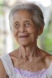 asia grå haired gammal ståendekvinna Royaltyfri Fotografi