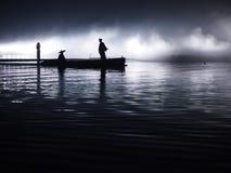 asia La puesta del sol, claro de luna crepuscular, se nubla - barco con la gente asiática - paisaje del océano, río - Hanzhong, S Fotos de archivo