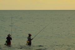 Asia local sirve la pesca en el mar con madrugada justa de la luz del sol en el tiempo de la salida del sol Foto de archivo libre de regalías