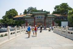 Asia parque de China, Pekín, Beihai, paisaje del jardín del verano, arco, puente Imagen de archivo