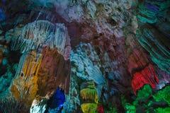 Asia, Vietnam, bahía larga de la ha Las montañas, la cueva están iluminadas Fotos de archivo libres de regalías