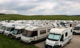 Asiago, VI, Italia - 27 maggio 2017: Molti veicoli dei campeggiatori nella p immagini stock libere da diritti