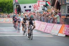 Asiago, Włochy Maj 27, 2017: Grupa fachowy kolarstwo przechodzi metę po tym jak twarda halna scena Zdjęcia Stock