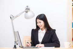 Asian beautiful modern business woman using lapyop computer Royalty Free Stock Images