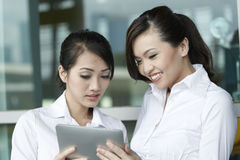 Asian Business people using Touch-pad PC Royalty Free Stock Photos