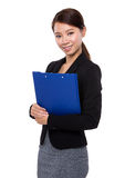 Asian business woman with clipboard Royalty Free Stock Photos