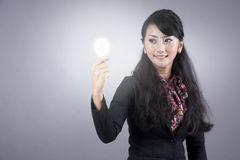 Asian business woman with light bulb Royalty Free Stock Photos