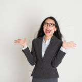 Asian business woman looking up Royalty Free Stock Photos