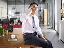Asian businessman talking on cellphone Royalty Free Stock Photos