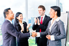 Asian Businesspeople shaking hands Royalty Free Stock Photography