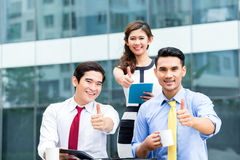 Asian businesspeople working outside with coffee Royalty Free Stock Photos