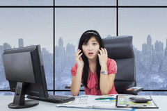 Asian businesswoman looks shocked in the office Royalty Free Stock Photos