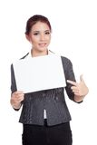 Asian businesswoman point to  a blank sign and smi Royalty Free Stock Image