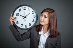 Asian businesswoman show a clock on her shoulder Stock Images