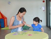 Asian Child girl and mother playing flash card for Right Brain Development at the playroom royalty free stock photos