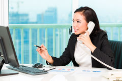 Asian Chinese businesswoman in office Royalty Free Stock Photos
