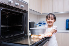 Asian Chinese little girl baking cake Royalty Free Stock Photos
