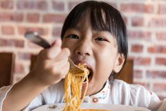 Asian Chinese little girl eating spaghetti bolognese Stock Photography