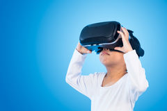Asian Chinese little girl experiencing virtual reality eyeglasss Stock Photography