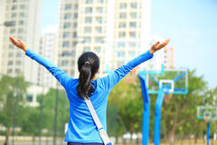 Asian college student. Open arms at the basketball court Stock Photography