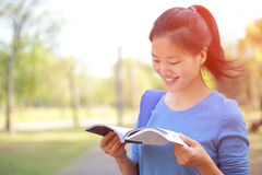 Asian college student reading book Royalty Free Stock Photos