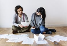 Asian couple managing the debt Royalty Free Stock Photos