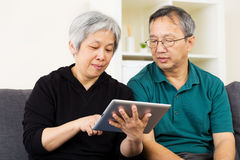 Asian couple using tablet Royalty Free Stock Photography